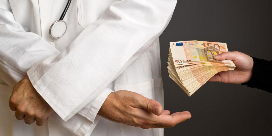 Πειθαρχική καταδίκη πανεπιστημιακού γιατρού για χρηματισμό