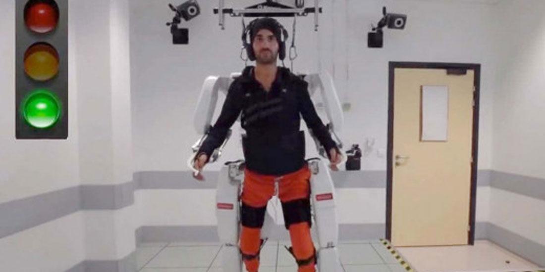 Παράλυτος άνδρας περπατά ξανά με τη βοήθεια ρομποτικού εξωσκελετού