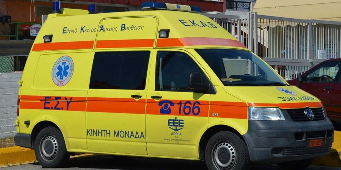 Γιατροί που συνόδευαν ασθενή με ασθενοφόρο έμειναν κυριολεκτικά...στο δρόμο