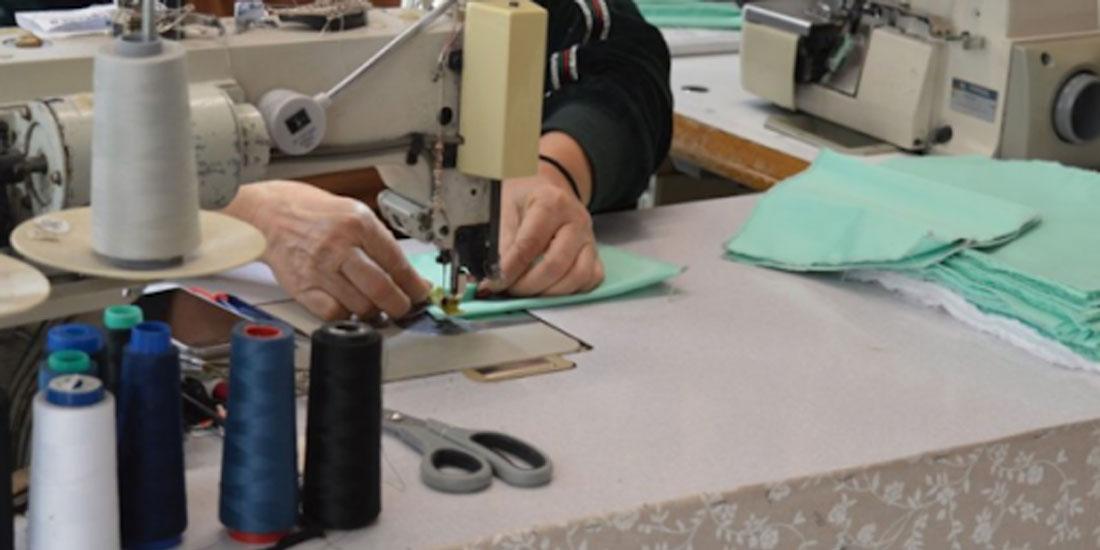 Στην εποχή του κορωνοϊού οι μοδίστρες του Εθνικού Θεάτρου φτιάχνουν ιατρικές μάσκες