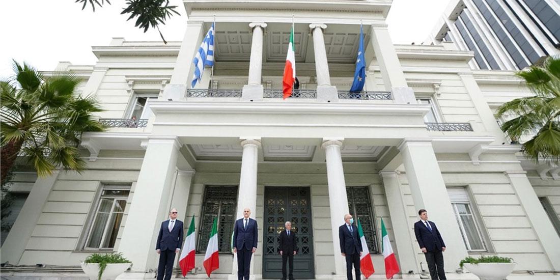 Τελετή σε ένδειξη συμπαράστασης της Ελλάδας στην Ιταλία στο υπουργείο Εξωτερικών