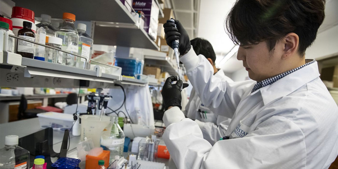 Ο ρόλος των γενετικών αλλαγών στη θεραπεία του COVID-19