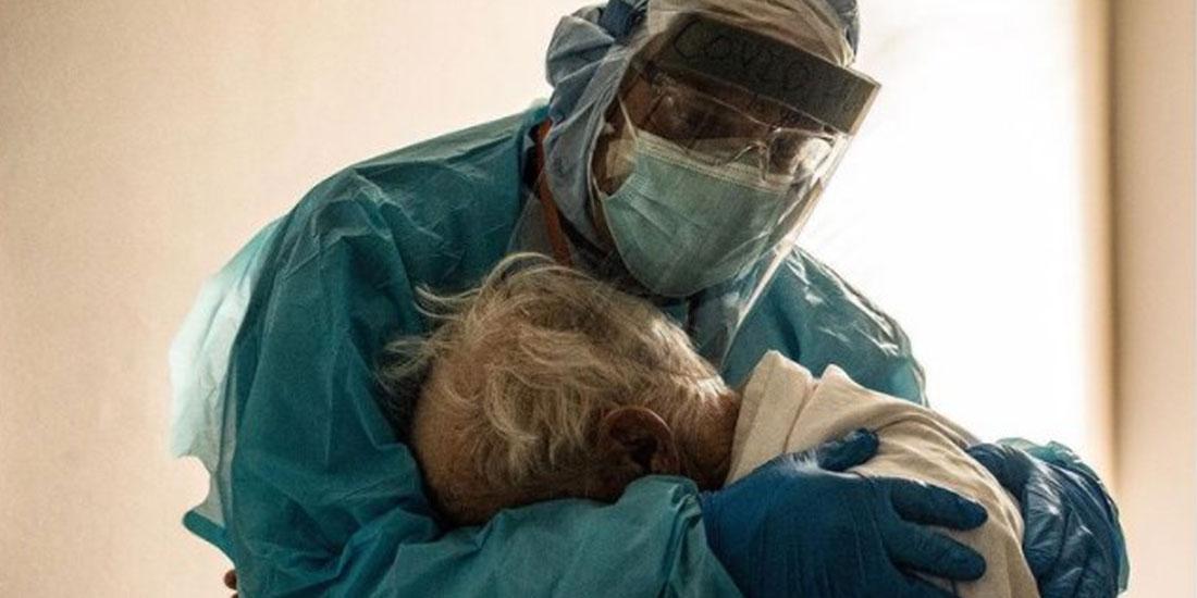 Μήνυμα «ανθρωπιάς» και κραυγή απελπισίας η φωτογραφία γιατρού που αγκαλιάζει ηλικιωμένο ασθενή