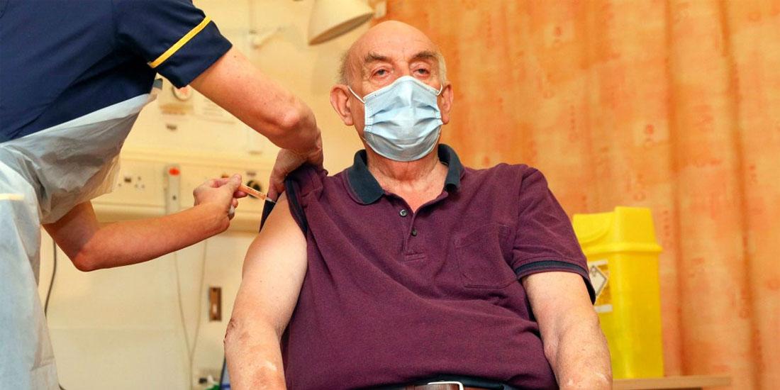 Ο 82χρονος Μπράιαν Πίνκερ ήταν ο πρώτοςΒρετανός που έλαβε το εμβόλιο των AstraZeneca/Οξφόρδης
