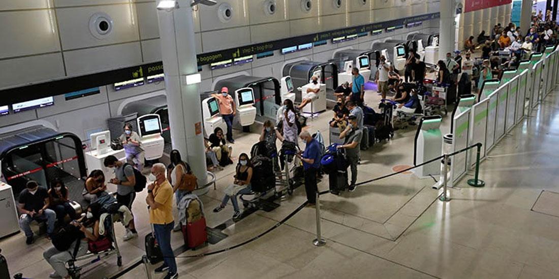 Οι ΗΠΑ διατηρούν τους περιορισμούς στα διεθνή ταξίδια