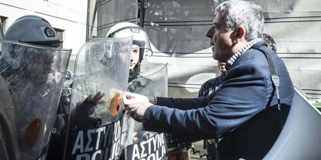Με χρήση χημικών απώθησαν τα ΜΑΤ τους εργαζόμενους από το υπουργείο