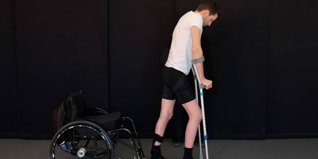 Τρεις επί χρόνια παραπληγικοί περπάτησαν ξανά χάρη σε πρωτοπόρα νευροτεχνολογική μέθοδο αποκατάστασης
